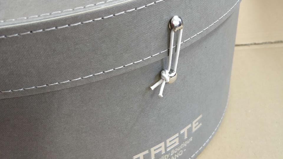 Nottolino in metallo con Elastico per chiusura.